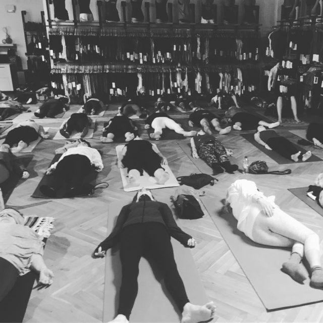 Cours de yoga du dimanche au lululemon du Dix30 Mercihellip